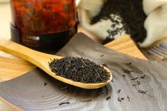 在一把木匙子的干红茶 免版税库存图片