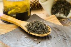 在一把木匙子的干绿茶 免版税库存照片