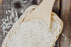 在一把木匙子的白色长粒米 图库摄影