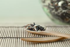 在一把木匙子的糙米 免版税库存照片