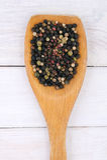在一把木匙子的被分类的干辣胡椒在桌上 免版税库存照片