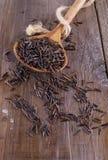 在一把木匙子的黑水菰在土气木背景 库存照片
