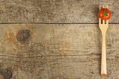 在一把木叉子的雪利酒蕃茄 概念饮食 素食食物 安置文本 库存图片