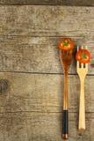 在一把木叉子的雪利酒蕃茄 概念饮食 素食食物 安置文本 图库摄影