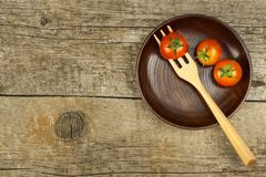 在一把木叉子的雪利酒蕃茄 概念饮食 素食食物 安置文本 免版税图库摄影