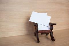 在一把木椅子的名片 免版税库存图片