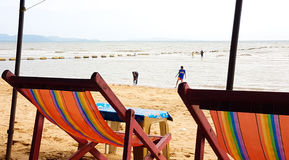 在一把木椅子的帆布床在海滩 免版税库存图片
