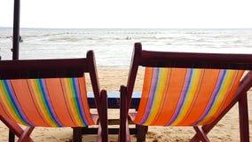 在一把木椅子的帆布床在海滩 库存图片