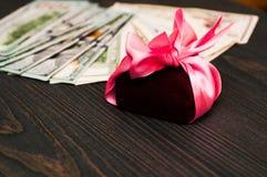 在一把桃红色弓,一把明亮的弓的一件礼物 库存图片