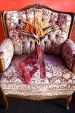 在一把桃红色椅子的美丽的婚礼花束 图库摄影