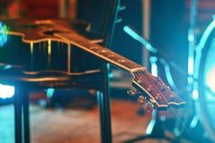 在一把椅子的吉他在音乐会期间 免版税库存图片