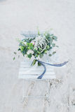 在一把椅子的婚礼花束在海滨 库存照片