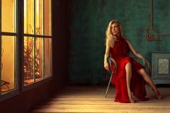 在一把椅子的美丽的女性画象与自然光 图库摄影