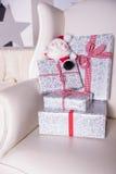 在一把皮革扶手椅子钉的圣诞节礼物 库存图片