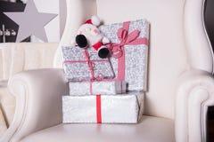 在一把皮革扶手椅子钉的圣诞节礼物 库存照片
