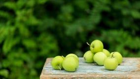 在一把老凳子的自创土气绿色苹果 图库摄影