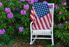 在一把藤椅的美国国旗 库存照片