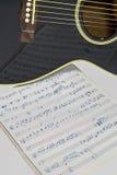 在一把黑吉他的音乐反射 免版税库存图片