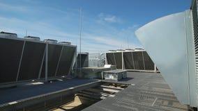 在一排工厂厂房的屋顶安装的大通风系统 室内空气的洗净在帮助下 影视素材