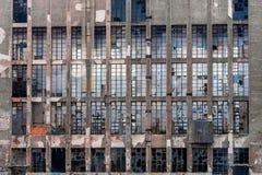 在一排工厂厂房的玻璃窗 库存照片