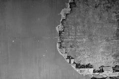 在一排工厂厂房里面的部分地被毁坏的墙壁在爆破下 免版税库存照片