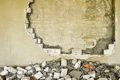 在一排工厂厂房里面的部分地被毁坏的墙壁在爆破下 图库摄影