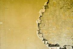 在一排工厂厂房里面的部分地被毁坏的墙壁在爆破下 库存照片