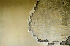在一排工厂厂房里面的部分地被毁坏的墙壁在爆破下 库存图片
