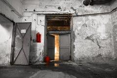 在一排老工厂厂房里面,地下室 免版税库存图片