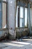 在一排老被放弃的工厂厂房里面,工厂 许多另外垃圾 在Windows的残破的玻璃,损坏的墙壁 重的Co 库存照片