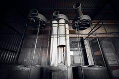 在一排被放弃的工厂厂房的空气滤清器机器 库存照片