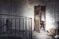 在一排被放弃的工厂厂房的老被佩带的木门 库存照片