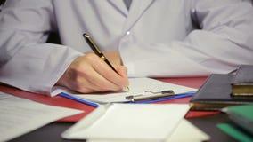 在一支白色实验室外套文字笔的男性手在本文 影视素材