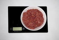 在一数字式白色厨房等级的切好的肉 免版税图库摄影