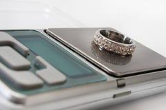 在一数字式等级的定婚戒指 图库摄影