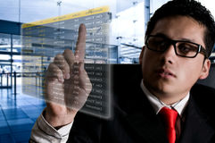 在一数字式futu的机场供以人员选择飞行 免版税库存图片