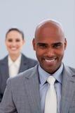 在一有吸引力非洲生意人微笑的重点 免版税图库摄影