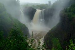在一有雾的天的瀑布 免版税图库摄影