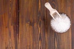 在一木杯的白色腌制槽用食盐有匙子的 免版税库存照片