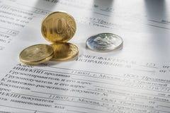 在一本开放日志的桌和与计算器的一支笔上,站立在一杯咖啡旁边 免版税库存图片