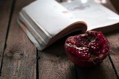 在一本旧书的背景的新鲜水果 免版税库存图片