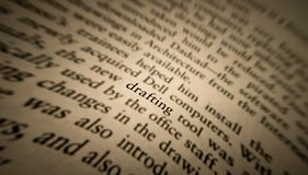 在一本旧书突出和聚焦的起草的词 图库摄影
