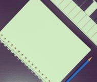 在一本空白的书的音乐文字 在葡萄酒口气的写歌空白页 免版税图库摄影