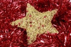 在一本红色诗歌选的金黄星 圣诞节装饰装饰新家庭想法 库存图片