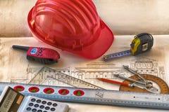在一本老建筑学地图集的安全帽与计划和有用的工具 皇族释放例证