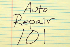 在一本黄色便笺簿的汽车修理101 图库摄影