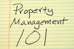 在一本黄色便笺簿的物产管理101 免版税库存图片