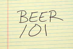 在一本黄色便笺簿的啤酒101 库存图片