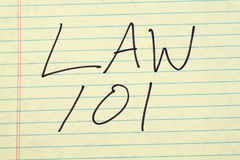 在一本黄色便笺簿的法律101 库存图片