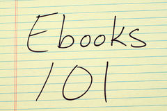 在一本黄色便笺簿的Ebooks 101 免版税库存照片